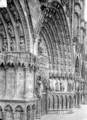 Cathédrale Saint-Etienne - Portail central de la façade ouest : piédroit et voussure de droite