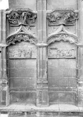 Cathédrale Saint-Etienne - Façade ouest : les deux premières arcatures du soubassement à gauche