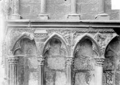 Cathédrale Saint-Etienne - Façade ouest : arcatures du soubassement