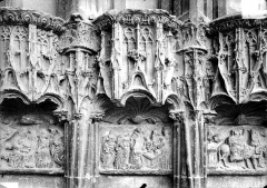 Cathédrale Saint-Etienne - Façade ouest : dais et bas-reliefs du soubassement