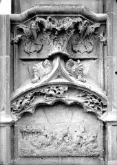 Cathédrale Saint-Etienne - Façade ouest : console et bas-relief du soubassement