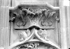 Cathédrale Saint-Etienne - Façade ouest : console du soubassement