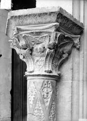 Cathédrale Saint-Etienne - Façade ouest : colonne et chapiteau du soubassement