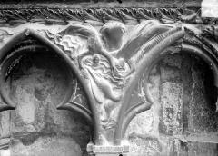 Cathédrale Saint-Etienne - Façade ouest : arcatures et bas-reliefs du soubassement