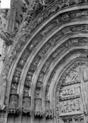 Cathédrale Saint-Etienne - Premier portail de la façade ouest : voussure de gauche