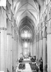 Cathédrale Saint-Etienne - Vue intérieure de la nef, vers le chœur, prise de la tribune