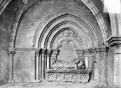 Eglise Notre-Dame - Portail aveugle du transept nord et tombeau : groupe de la Nativité