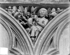 Cathédrale Saint-Pierre - Stalles, écoinçon : figure symbolique des Péchés capitaux