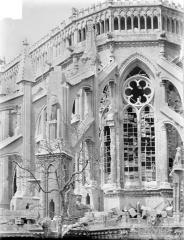 Cathédrale Notre-Dame - Chevet, côté sud, première travée : contreforts et galerie haute des chapelles