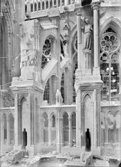 Cathédrale Notre-Dame - Chevet, côté sud, dernière travée contre la tour du transept : culées des contreforts
