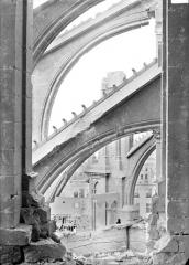 Cathédrale Notre-Dame - Chevet, côté sud : arcs-boutants vus de la baie ouverte de la tour est du transept