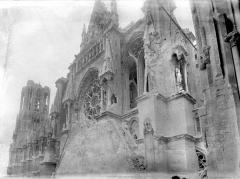 Cathédrale Notre-Dame - Façade sud : partie supérieure du transept et pignon de la la salle des Rois de l'archevêché