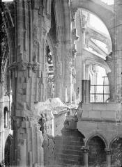 Cathédrale Notre-Dame - Vue intérieure du transept sud, vers l'est : parties hautes