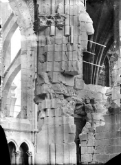 Cathédrale Notre-Dame - Vue intérieure du transept sud, vers le nord-est : pile au niveau des parties hautes