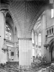 Cathédrale Saint-Bénigne - Vue intérieure du bas-côté et du transept sud, vers le nord-est