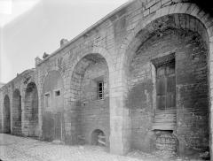 Abbaye de Clairvaux - Cellier : façade ouest