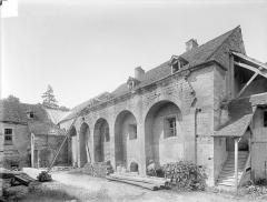 Abbaye de Clairvaux - Cellier : façade est sur cour