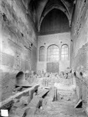 Eglise Saint-Etienne - Vue intérieure de la nef, vers l'entrée