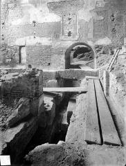 Eglise Saint-Etienne - Vue intérieure du choeur et fouilles du rempart