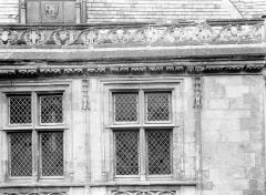Hôtel ou Palais Jacques-Coeur - Grandes fenêtres sur la rue à droite (deux)