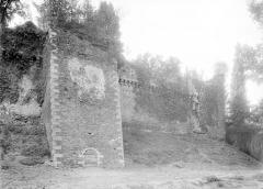 Château - Remparts côté sud, tour carrée percée d'une porte