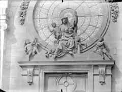 Hôpital général, ancien hospice du Saint-Esprit - Chapelle Sainte-Croix de Jérusalem. Façade d'entrée : Groupe sculpté de la Charité
