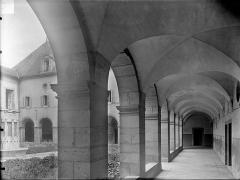 Hospice Sainte-Anne - Cloître : Vue intérieure d'une galerie