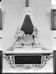 Hospice Sainte-Anne - Chapelle Sainte-Anne : Monument commémoratif avec statues de Pierre Odebert, conseiller du Roi, et son épouse Odette Maillard, fondateurs de l'hospice Sainte-Anne
