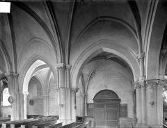 Eglise - Vue intérieure de la nef : grandes arcades côté nord