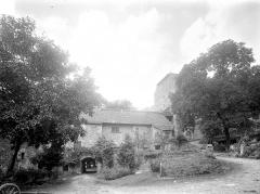 Ancienne abbaye - Entrée et intérieur de la première cour sur l'ouest