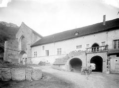 Ancienne abbaye - Première cour et entrée de la deuxième cour