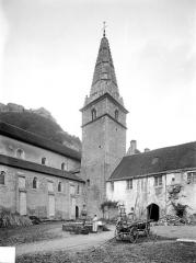 Ancienne abbaye - Cour du cloître et clocher