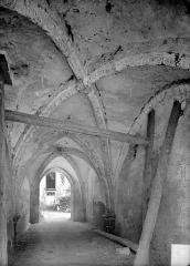Ancienne abbaye - Passage voûté de la deuxième à la troisième cour