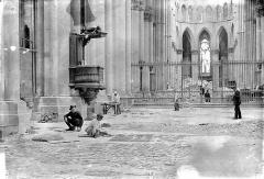 Cathédrale Notre-Dame - Ramassage et classement des vitraux brisés