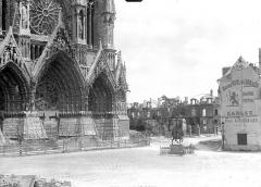 Cathédrale Notre-Dame - Portail de la façade ouest et statue de Jeanne d'Arc sur le parvis