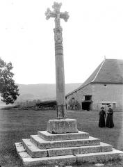 Croix en pierre datée de 1534 - Vue d'ensemble : avers