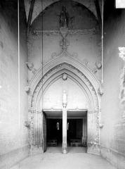 Eglise - Portail sous le porche