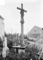 Croix de carrefour en pierre datée de 1613 - Vue d'ensemble