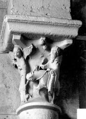 Eglise Saint-Georges - Chapiteau : ange guidant un saint