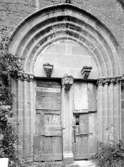 Collégiale de Thil (ruines) - Portail de la façade sud