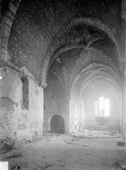 Collégiale de Thil (ruines) - Vue intérieure de la nef vers le nord-est