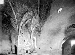 Collégiale de Thil (ruines) - Vue intérieure du transept, vers le nord-est