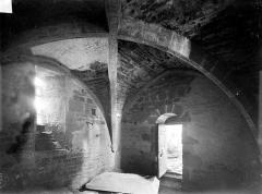 Collégiale de Thil (ruines) - Vue intérieure d'une salle voûtée sous le clocher avec pierre tombale