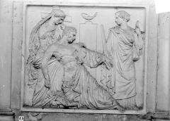 Abbaye Saint-Germain - Monument funéraire en marbre du Duc de Berry, mort en 1852 : bas-relief