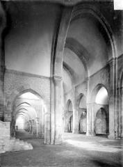 Abbaye de Fontenay - Eglise : Vue intérieure du bas-côté sud et de la nef, vers le nord-ouest