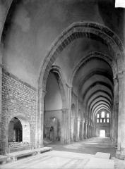 Abbaye de Fontenay - Eglise : Vue intérieure de la nef vers le sud-ouest