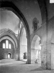 Abbaye de Fontenay - Eglise : Vue intérieure du transept, vers le nord