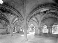 Abbaye de Fontenay - Salle capitulaire : Vue intérieure vers le sud-ouest