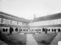 Abbaye de Fontenay - Cloître : Vue d'ensemble vers le nord-est