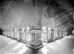 Abbaye de Fontenay - Cloître : Vue intérieure des galeries nord et est